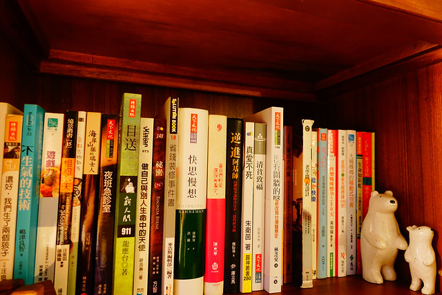 整櫃書裡有各種讀物可自行選擇,像個迷你圖書館 @花蓮小晴天旅宿