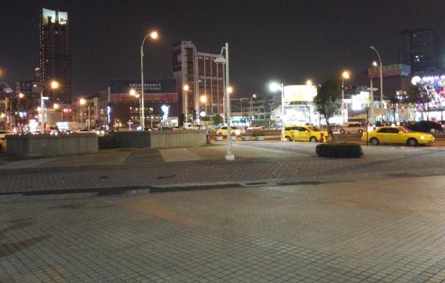 高雄市立図書館新総館最寄り駅のMRT三多商圏站前ロータリー