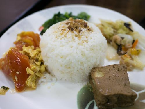 台湾・伍柒玖麵飯水餃館のタイ風鳥もも肉唐揚げ(泰式椒麻雞腿飯)のごはん