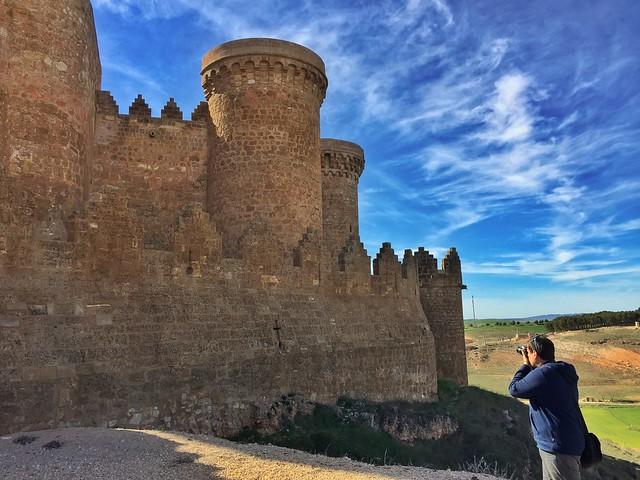 Sele fotografiando el castillo de Belmonte en Cuenca