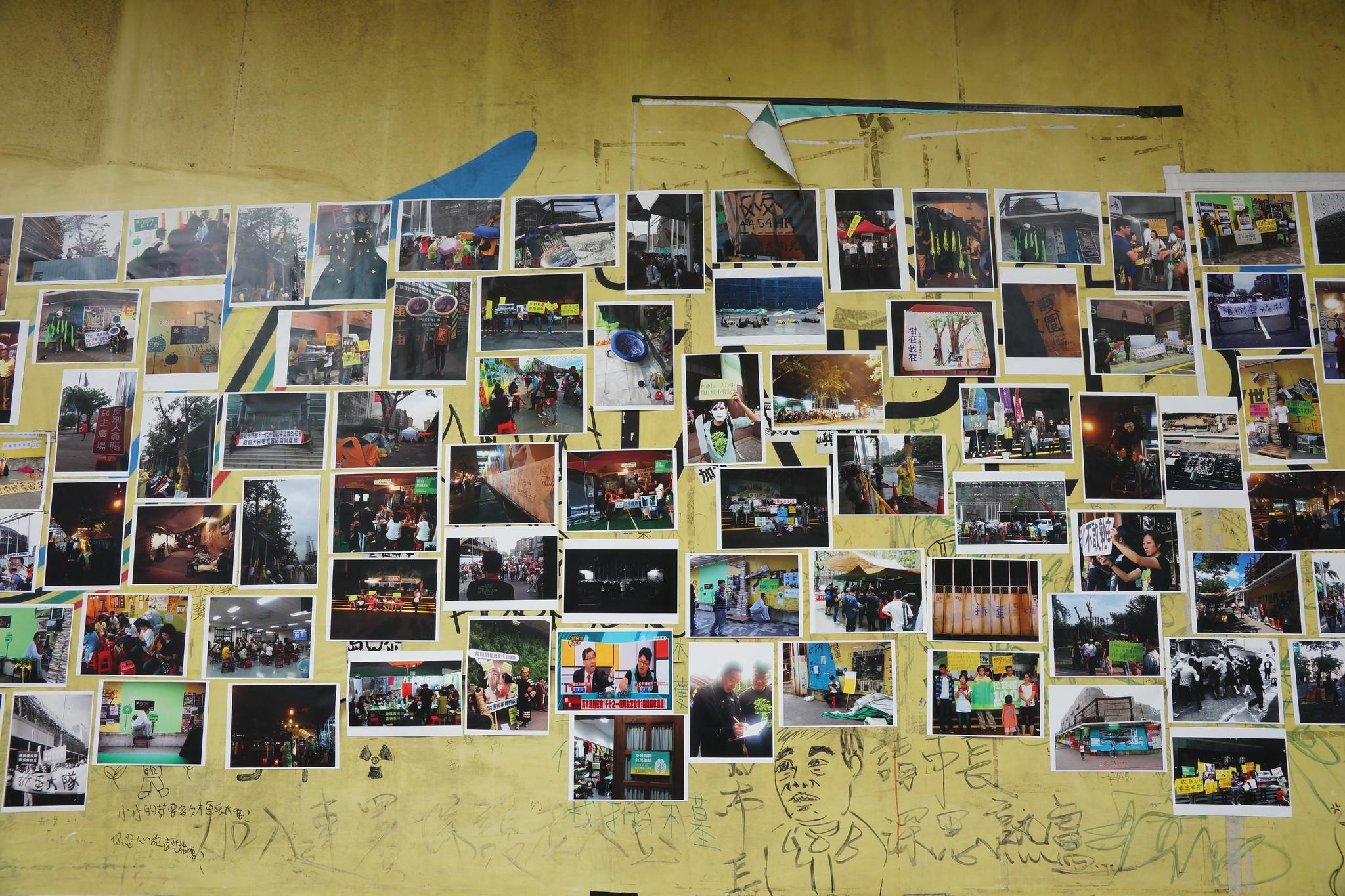 松菸護樹的抗爭影像紀錄展,就在大巨蛋工地光復南路側的5號出口旁。(攝影:王顥中)