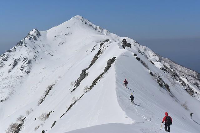 中央アルプス・三ノ沢岳のナイフリッジを行く雪山登山