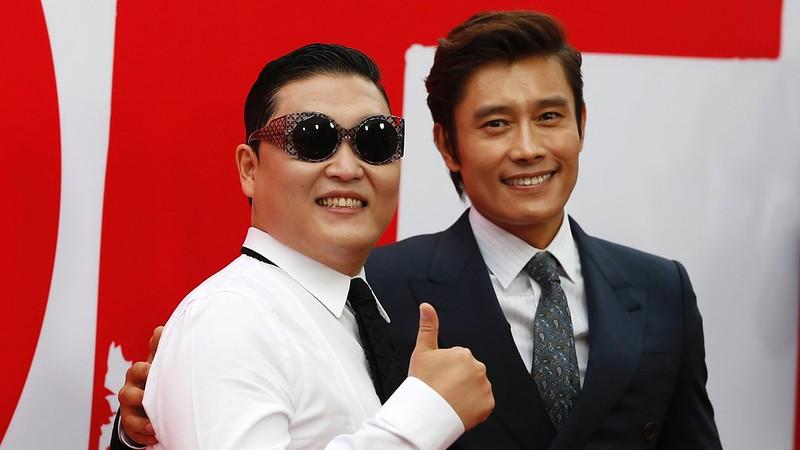 11jul2013---ator-sul-coreano-lee-byung-hun-que-esta-no-elenco-de-red-2-aposentados-e-ainda-mais-perigosos-posa-ao-lado-do-compatriota-psy-na-pre-estreia-do-filme-em-los-angeles-1373639379250_1920x1080