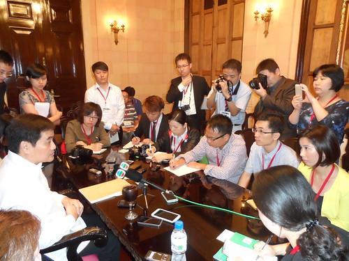 菲律賓總統府發言人陳顯達(左)接受包括本報在內的中港澳記者訪問,但不評論死傷者家屬向本港法院入禀一事。
