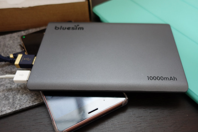 Bluesim 正規品 メーカー1年保証 モバイルバッテリー 大容量 10000mAh 急速充電対応 9mm超薄型 デュアルUSBポート microUSBケーブル一体型 マルチデバイス対応 専用便利ポーチ付け