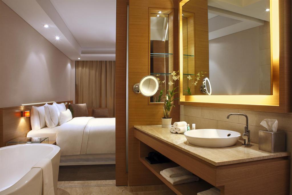 The westin mumbai garden city deluxe room bathroom detai for Bathroom designs mumbai