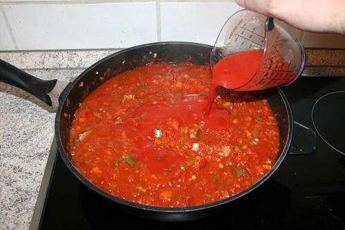 53 - Wein-Tomatenmark-Mischung addieren / Add wine tomato puree mix