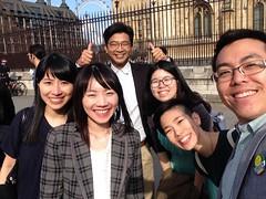 圖說二:台灣代表團跟駐英代表處同仁,在參訪完英國國會後的自拍留念