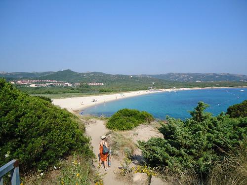 La stradina che ci porta alla baia della spiaggia nella lo - Alla colorazione della spiaggia ...