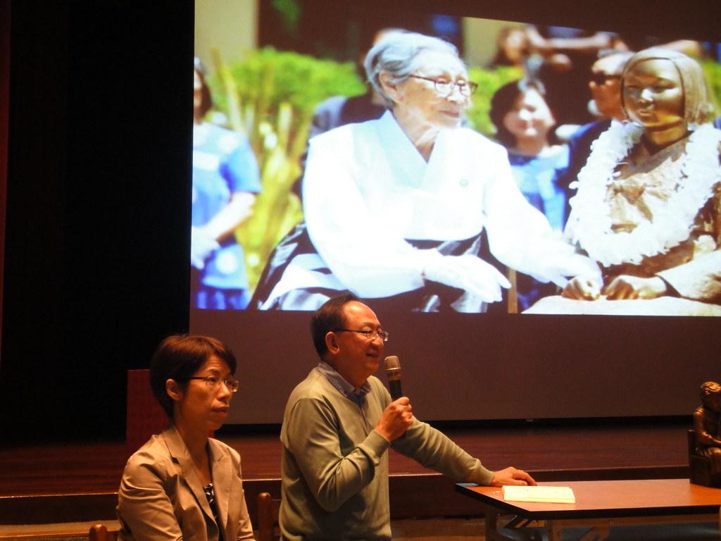 婦援會執行長康淑華和老保釣李止宜出席映後座談,討論慰安婦議題。(攝影:張智琦)