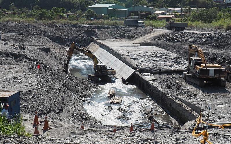 屏東縣政府今年進行二峰圳修復工程,打開河床下的集水堰體,一窺日治時期伏流水取水技術。攝影:李育琴。
