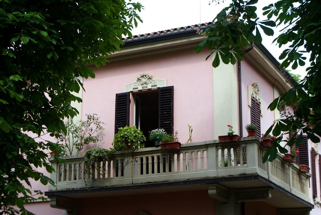 Balcon fleurie près de la Porte de Saragozza à Bologne.