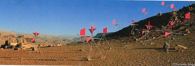 「ウインドキャラバン」のモロッコ会場。サハラ砂漠につながる岩山の大自然に置かれた新宮作品(2001年)