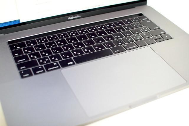 TouchBarと第二世代バタフライキーボードの写真
