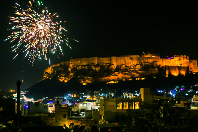 Fireworks celebrating new year arround Mehrangarh Fort, Jodhpur, India ジョードプル メヘランガール・フォート周辺に上がった新年を祝う打ち上げ花火