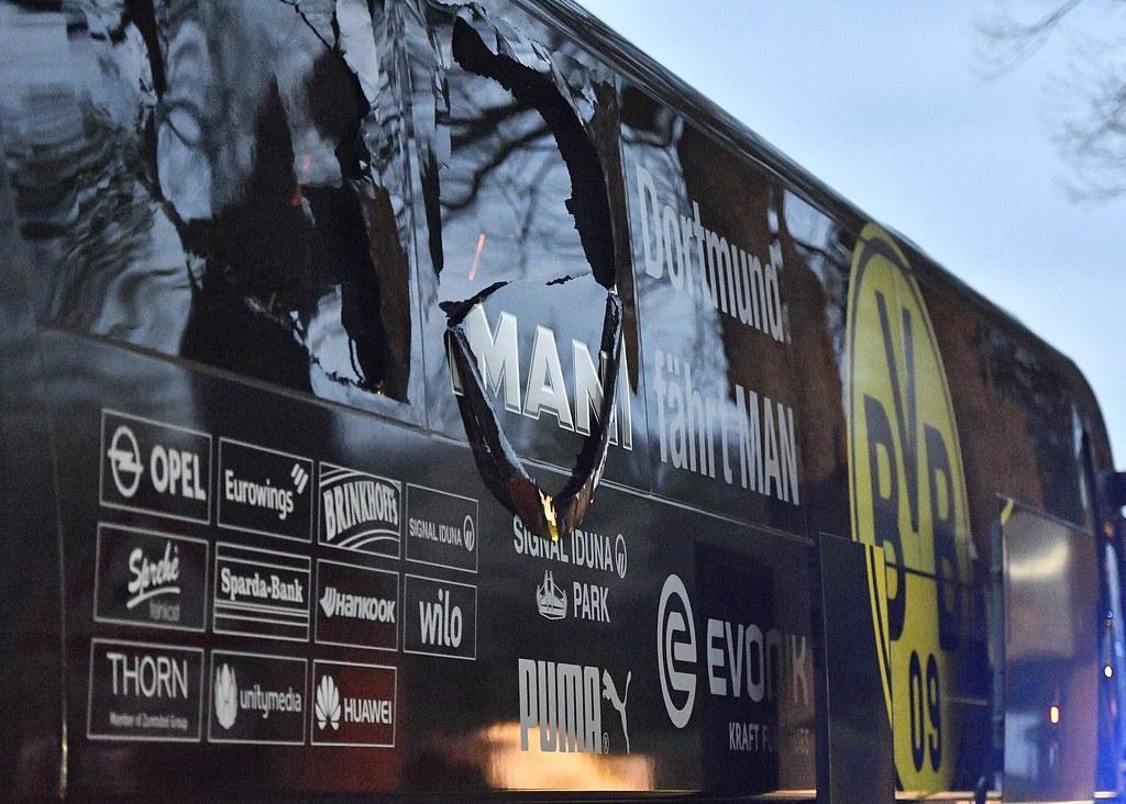 多特蒙德巴士受到爆炸案影響導致車身受損。(達志影像)