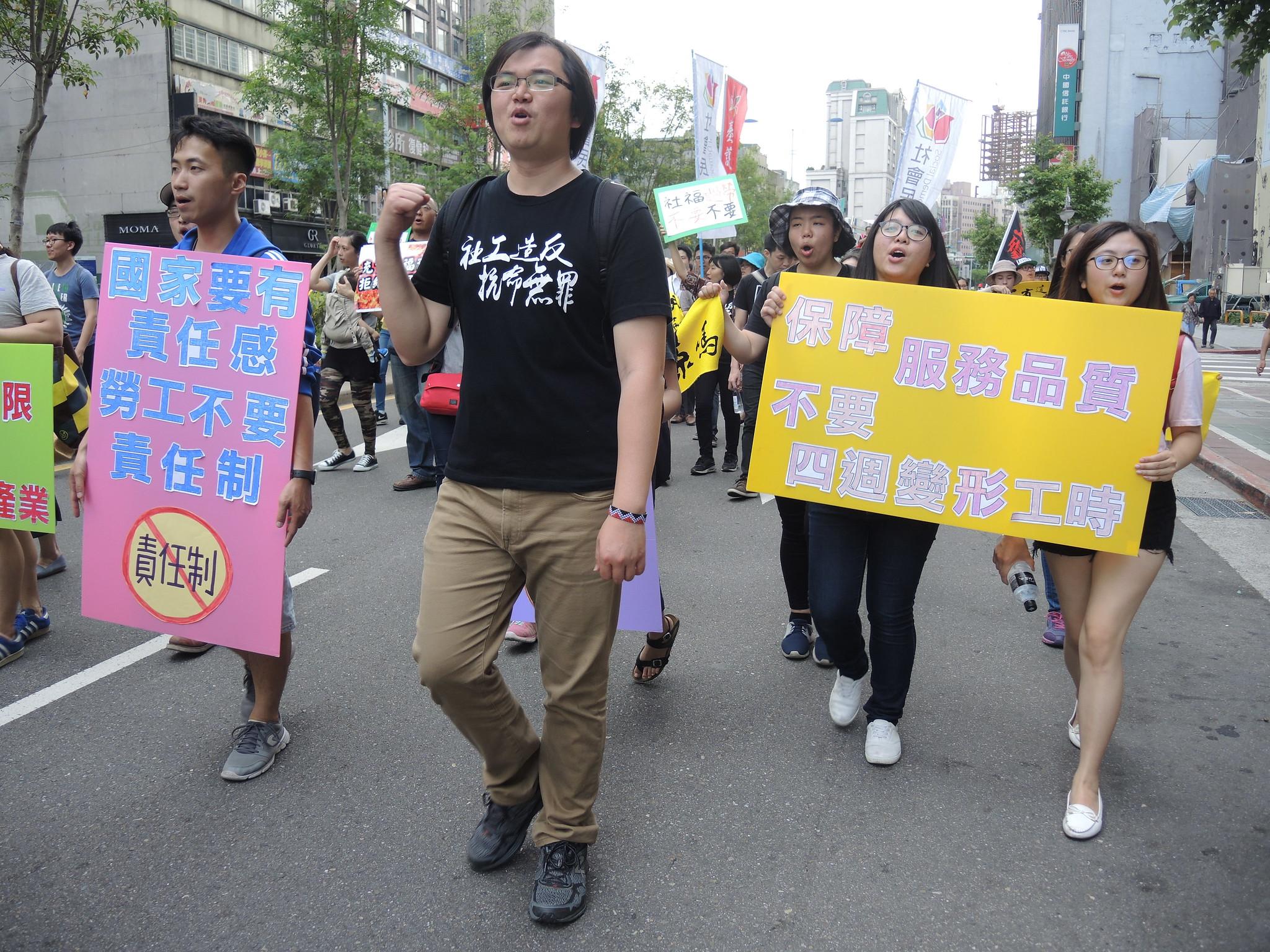 社工也參加五一遊行,籲政府增加社福支出。(攝影:曾福全)