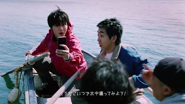 山崎賢人のGalaxy「昨日までを、超えてゆけ」水中をGalaxyで撮影しようと提案