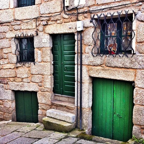 Casa de portas enterradas no barrio xudeo de ribadavia o - Casas enterradas ...