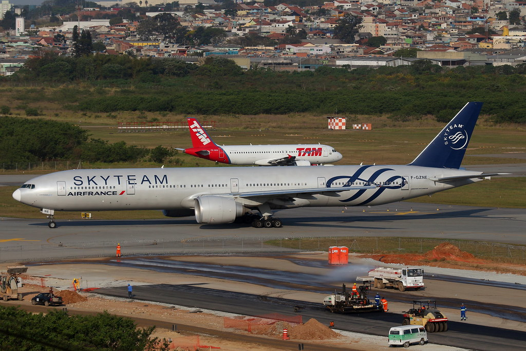 Air france skyteam boeing 777 300er gru reg f for Air france assistance chaise roulante