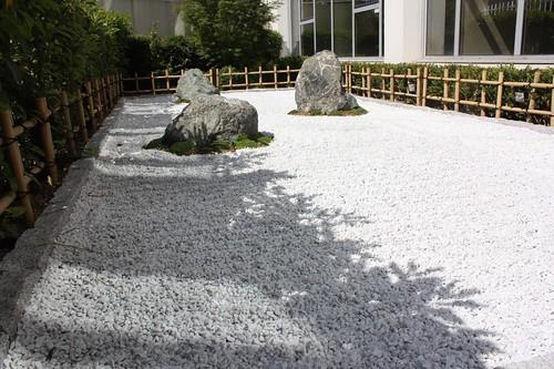 cloture basse jardin zen jardin zen la d fense flickr. Black Bedroom Furniture Sets. Home Design Ideas
