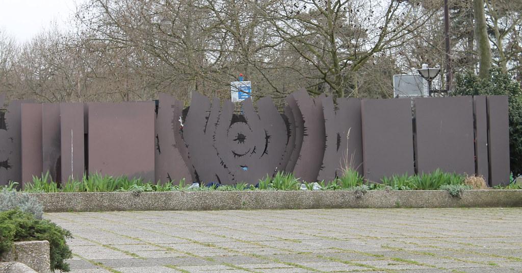 La porte clat e de michel guino au mus e de la sculpture for Le jardin tino rossi