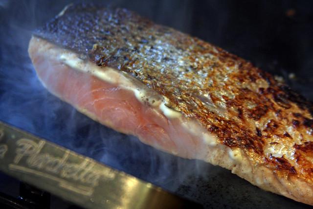 Salmon a la hoja de bananero con salsa de maracuya (32)