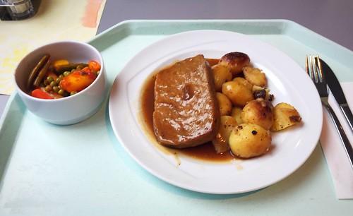 Meat loaf with thyme sauce & roast potatoes / Hackbraten mit Thymiansauce & Röstkartoffeln