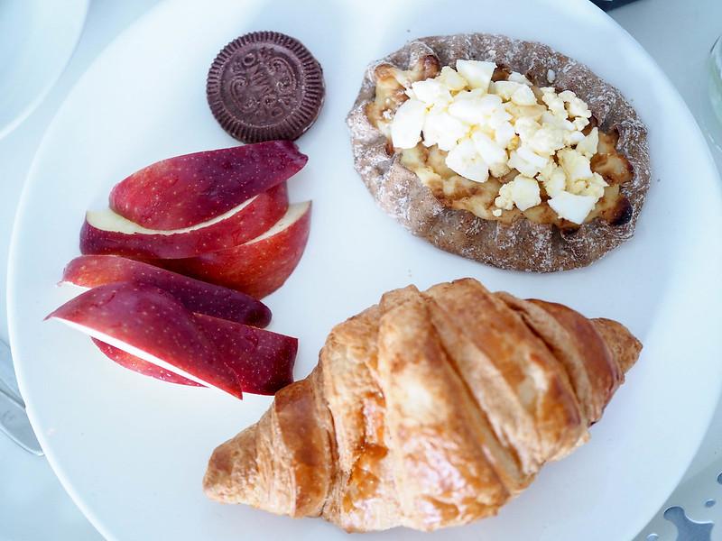 P2052689.jpgBrunssiAineksetCroissantOmenaPipariKarjalanpiirakka,P2052691.jpgSundayBrunchAtHomeInBedBreakfast, brekkie, aamiainen, kotona, home, bed, sänky, tarjotin, tray, ainekset, juoma, ruoka, drinks, foods, tee, croissant, hillo, jam, granola, karjalanpiirakka, karelian pie, egg butter, munavoi,