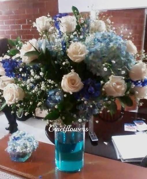 Centro de mesa en rosas vendela y hortensias azules flickr - Centros de mesa naturales ...