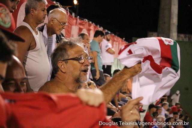 Torcida da Portuguesa Santista comemora vitória por 2 a 0 sobre o Comercial