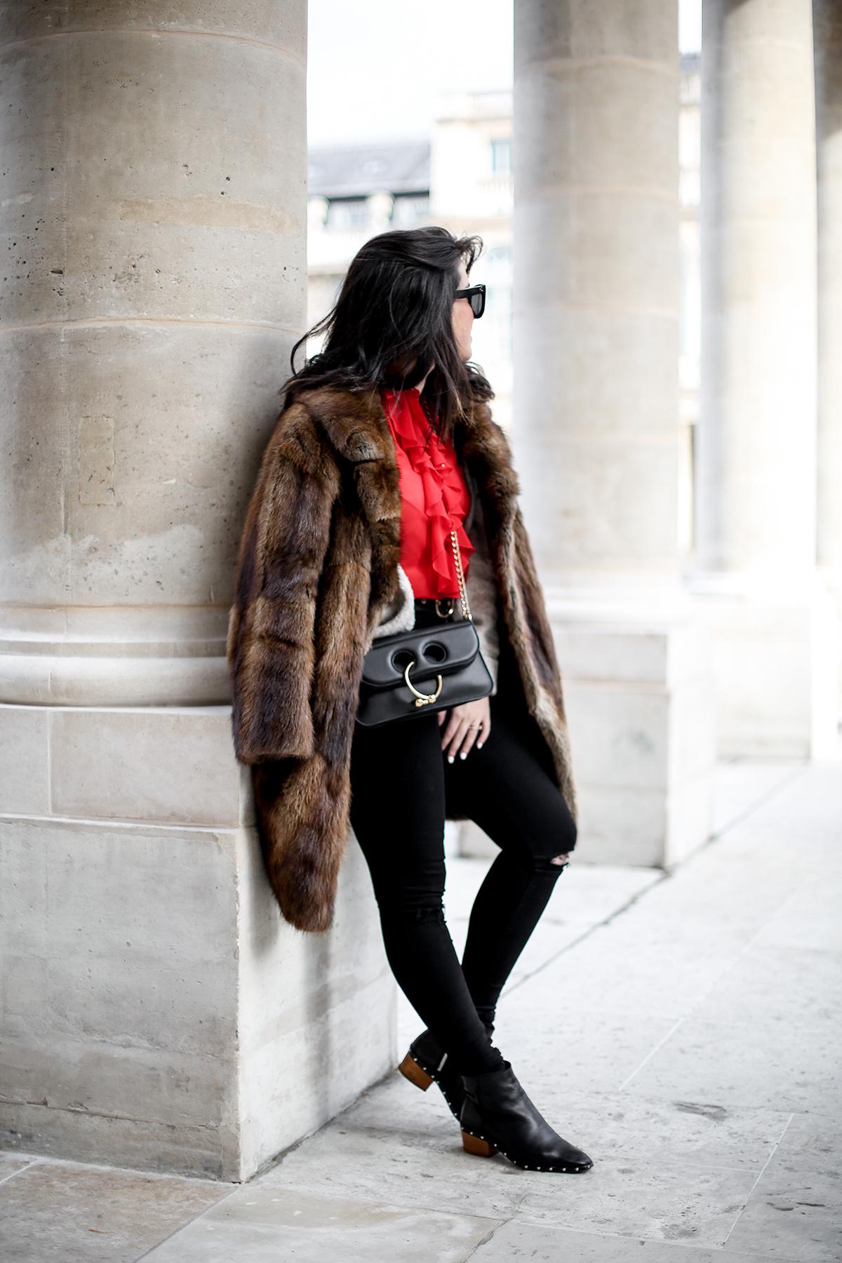 camisa-roja-volantes-pipa-de-la-paz-abrigo-pelo-vintage-look-studded-boots-myblueberrynightsblog