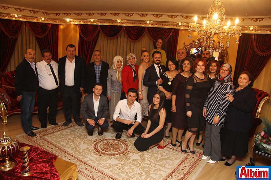 Ailelerin yakın dost ve akrabaları tören sonunda toplu fotoğraf çektirdi.