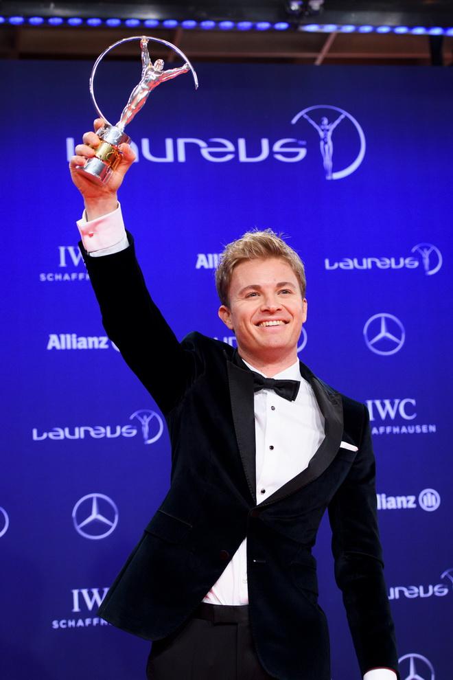 一級方程式賽車冠軍的MERCEDES AMG PETRONAS車隊車手Nico Rosberg開心的高舉「最佳突破獎」的獎盃。