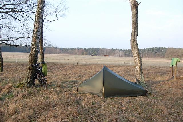 Bild: Das Zelt und die Wiese im Hintergrund