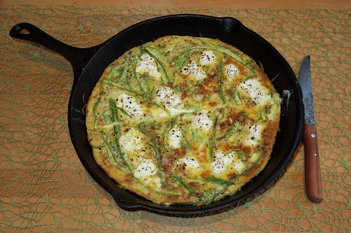 Frittata mit grünem Spargel und Ziegenkäse (nach einem Rezept von Smitten Kitchen)