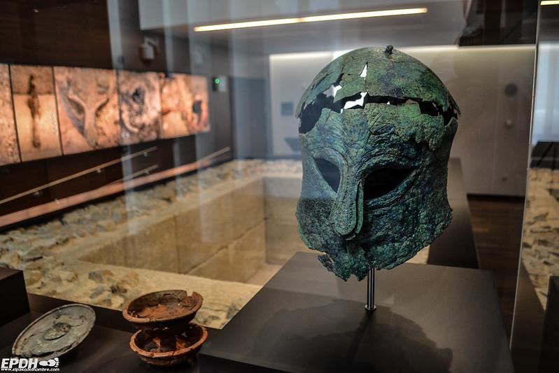 Un casco de un guerrero corintio