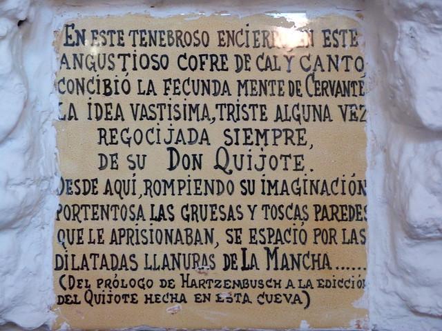 Texto a la entrada de la cueva de Medrano en Argamasilla de Alba hablando de Cervantes y Don Quijote de La Mancha