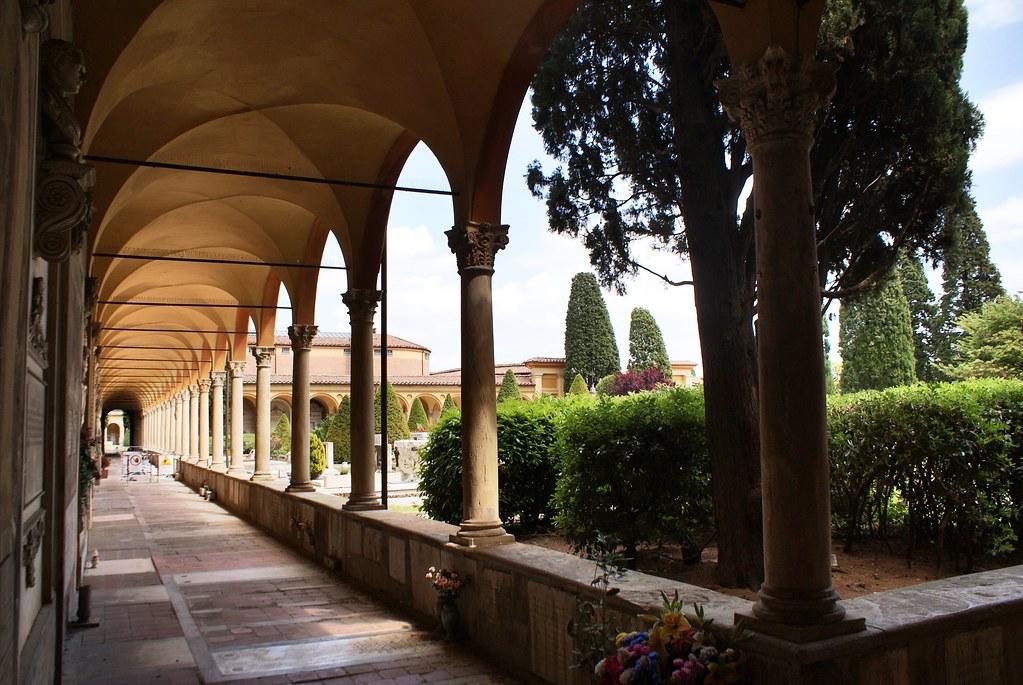 Cloitre de l'ancienne chartreuse dans le cimetière Certosa de Bologne.