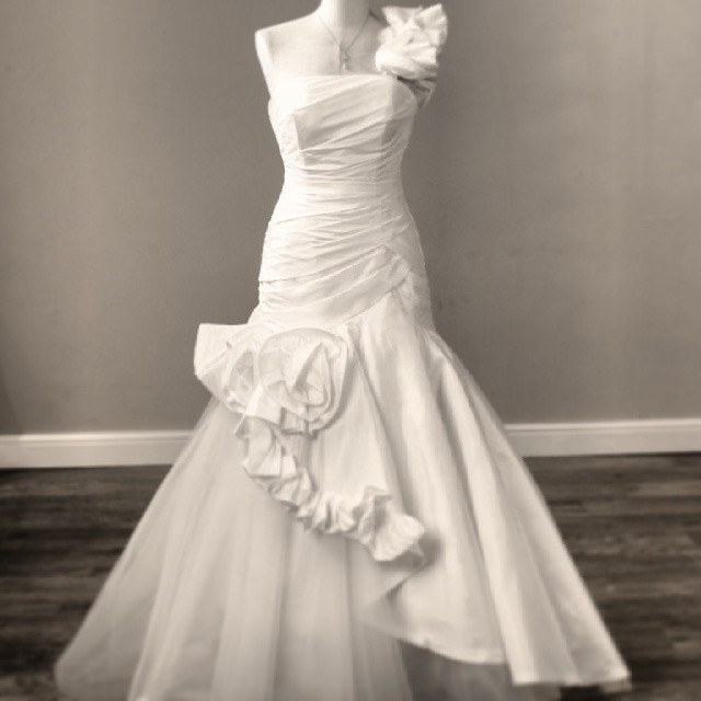 Viva vintage redgrave this fitted fishtail style is a for Donate older wedding dress