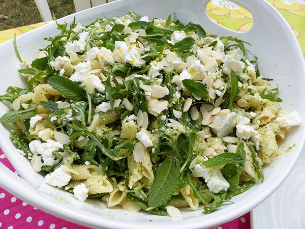 salade de pâtes aux pois frais et pois gourmands, pesto de menthe aux amandes, au parmesan et au citron