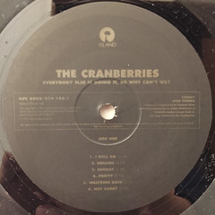 THE CRANBERRIES:EVERYBODY ELSE IS DOING IT,SO WHY CAN'T WE?(LABEL SIDE-A)