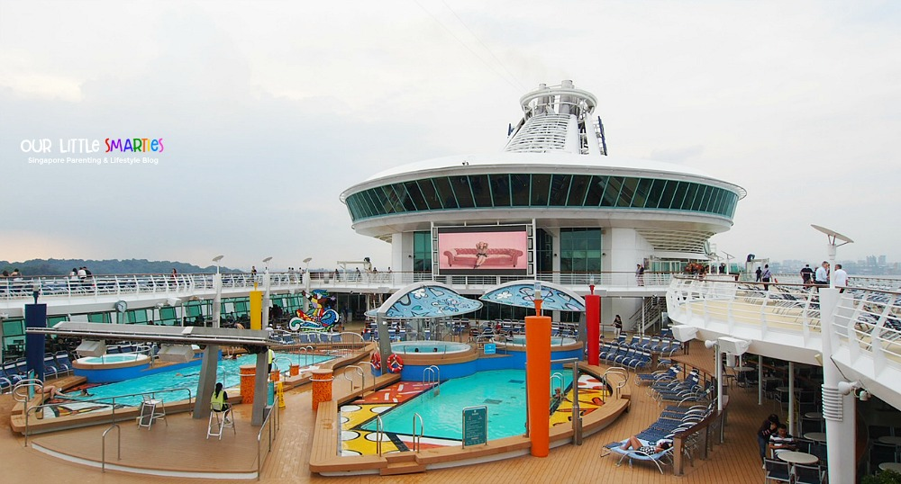Mariner of the Seas pool