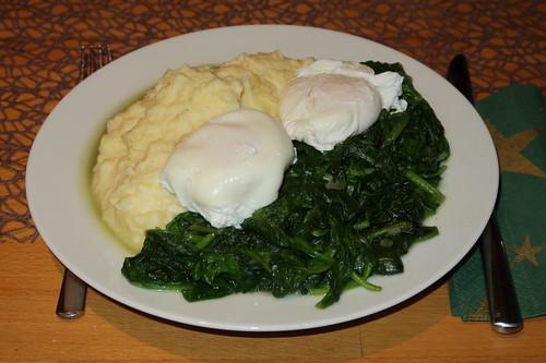 Pochierte Eier auf frischem Blattspinat zu mit Ziegenkäse verfeinertem Kartoffelstampf