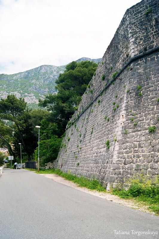Стена перед церковью