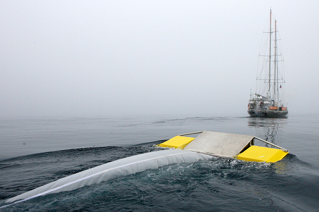 Trara探險船利用Manta拖網採集北極附近海域的塑膠碎片。圖片來源:Anna Deniaud / Tara Expeditions Foundation。