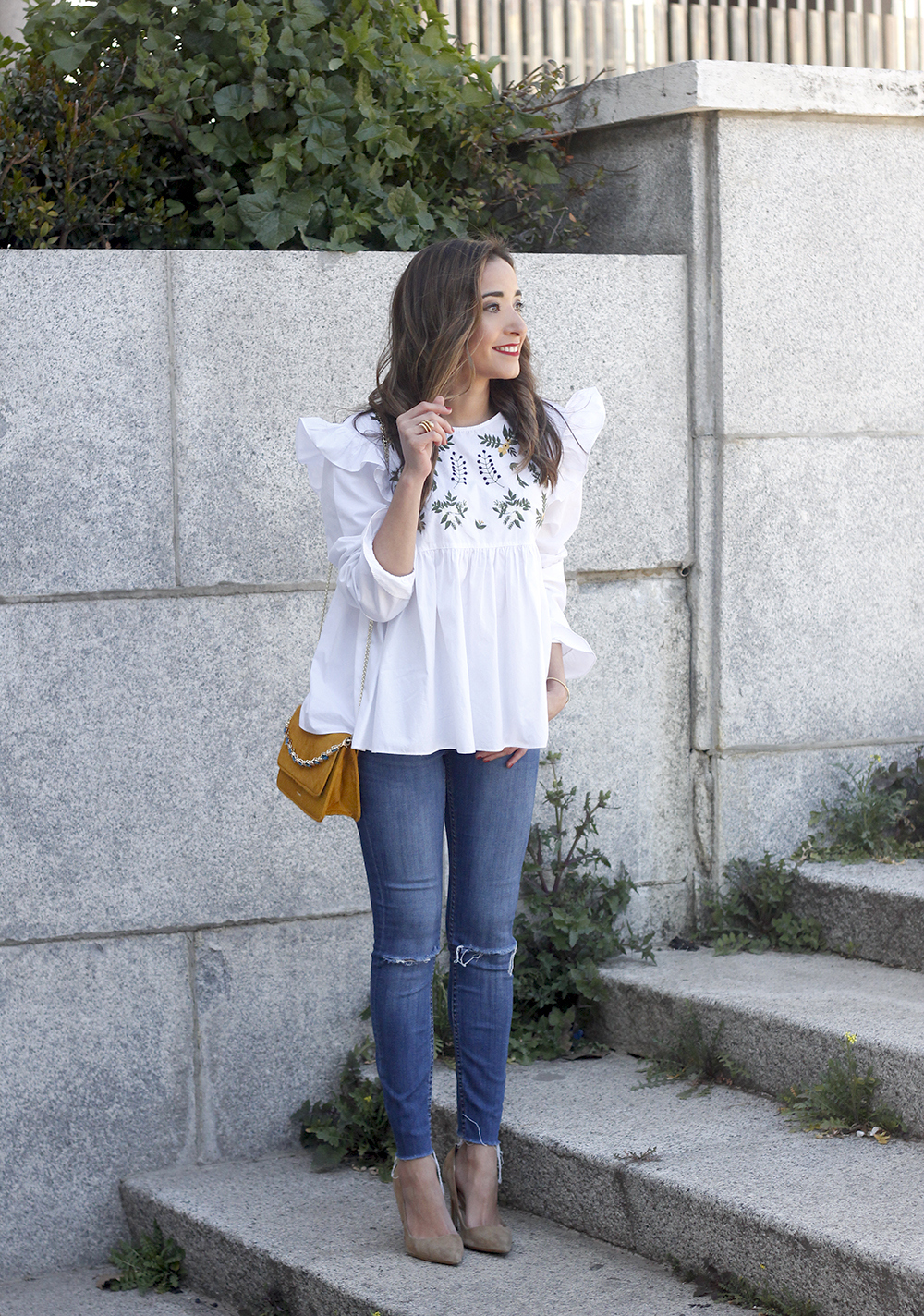 White blouse with ruffles and flower embroidery ripped jeans heels uterqüe bag fashion style outfit03