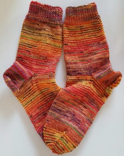 Meine ersten Scrappy-Socken fertig. Obwohl sie nicht meine Farben sind, hat das Stricken riesigen Spaß gemacht. Die nächsten sind schon auf den Nadeln. #scrappysocks #socken #stricken #strickenmachtglücklich #suchtpotential #handgestrickt #knitting