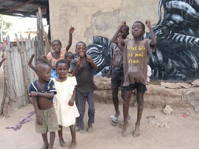 Niños jugando en una de las aldeas pintadas de Gambia