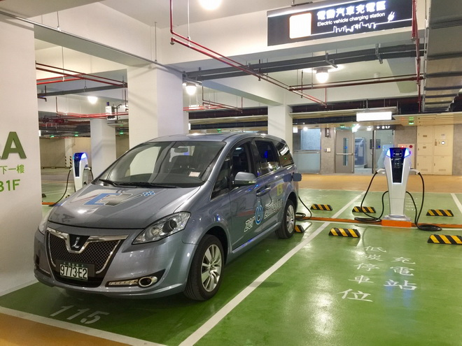 圖2水湳經貿園區中納智捷M7 EV+電動車與裕隆電能之充電樁